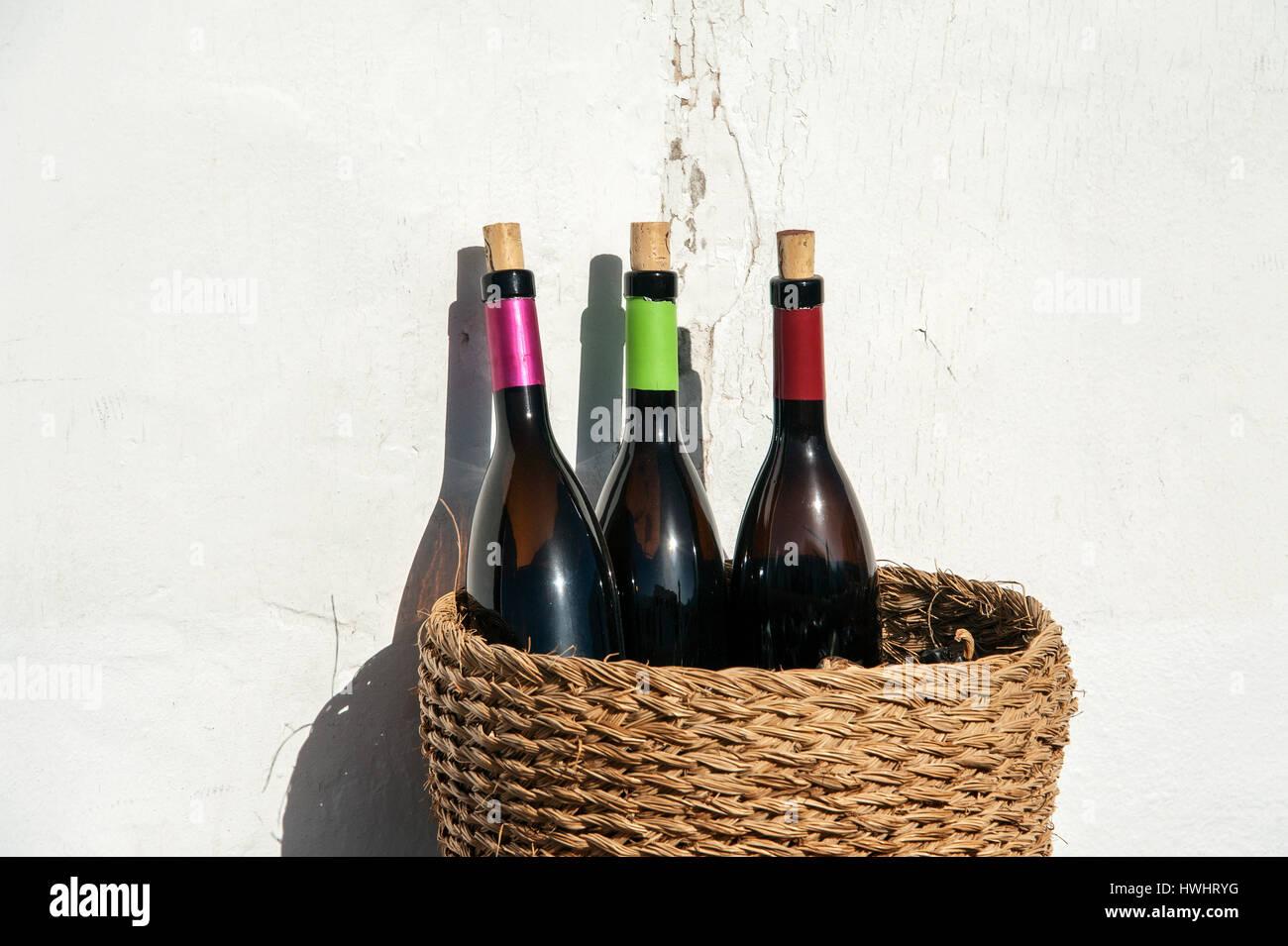 Reisen, Kanaren, Kanarische Inseln, Lanzarote: Weinflaschen in Einem Weidenkorb, Tequise. Stockbild