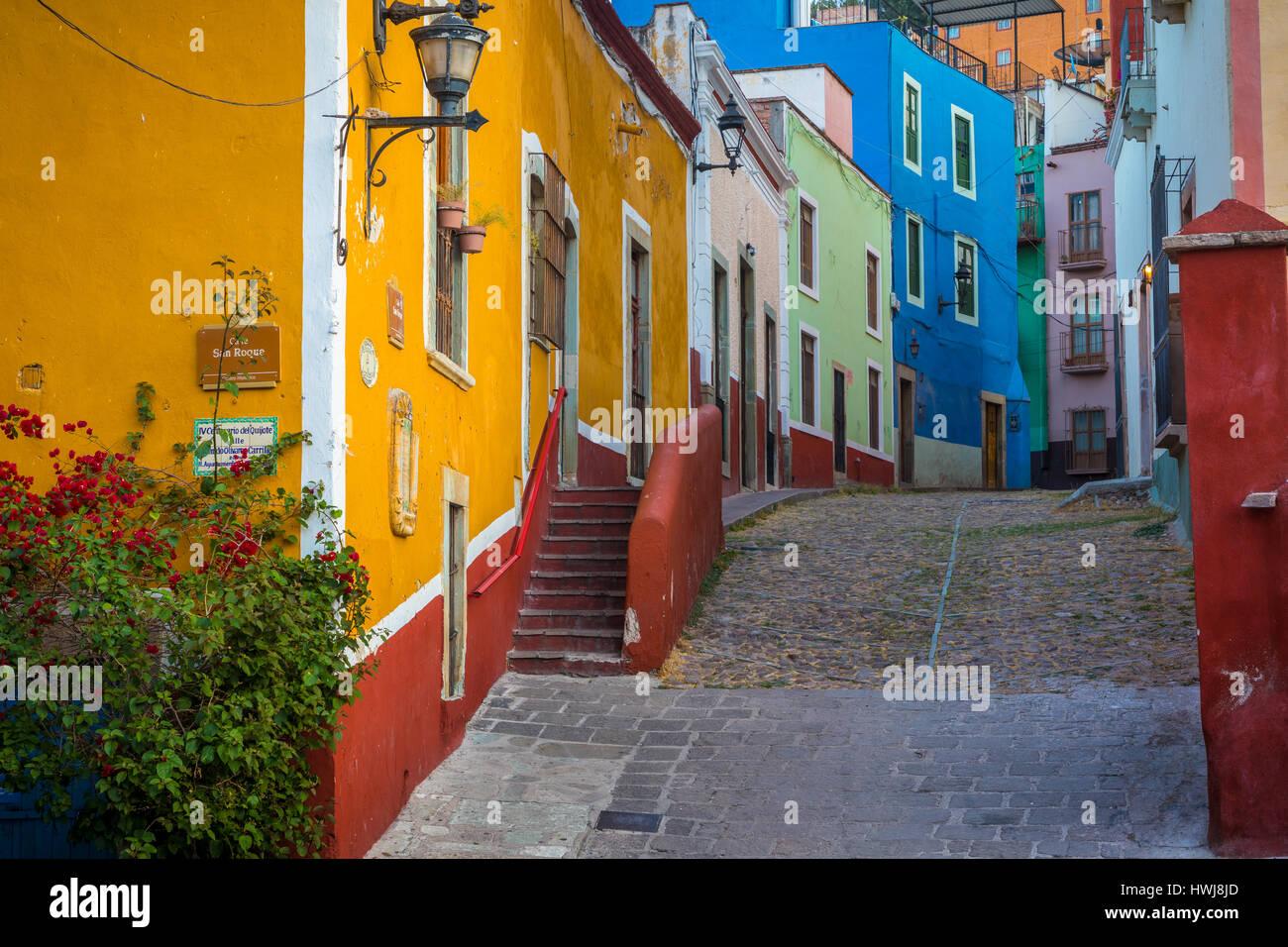 Typische bunte Straße in Guanajuato, Mexiko mit ihren spanischen Kolonialbauten. ---Guanajuato ist eine Stadt Stockbild