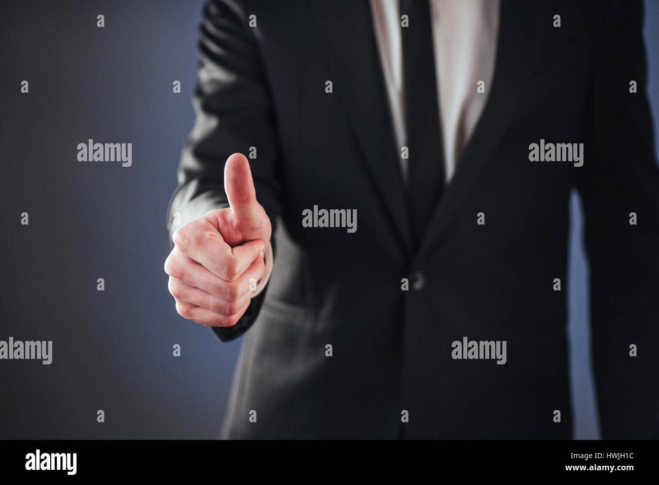 Ein Mann mit biometrischen Fingerabdruck-Lesegerät vorbei Stockfoto