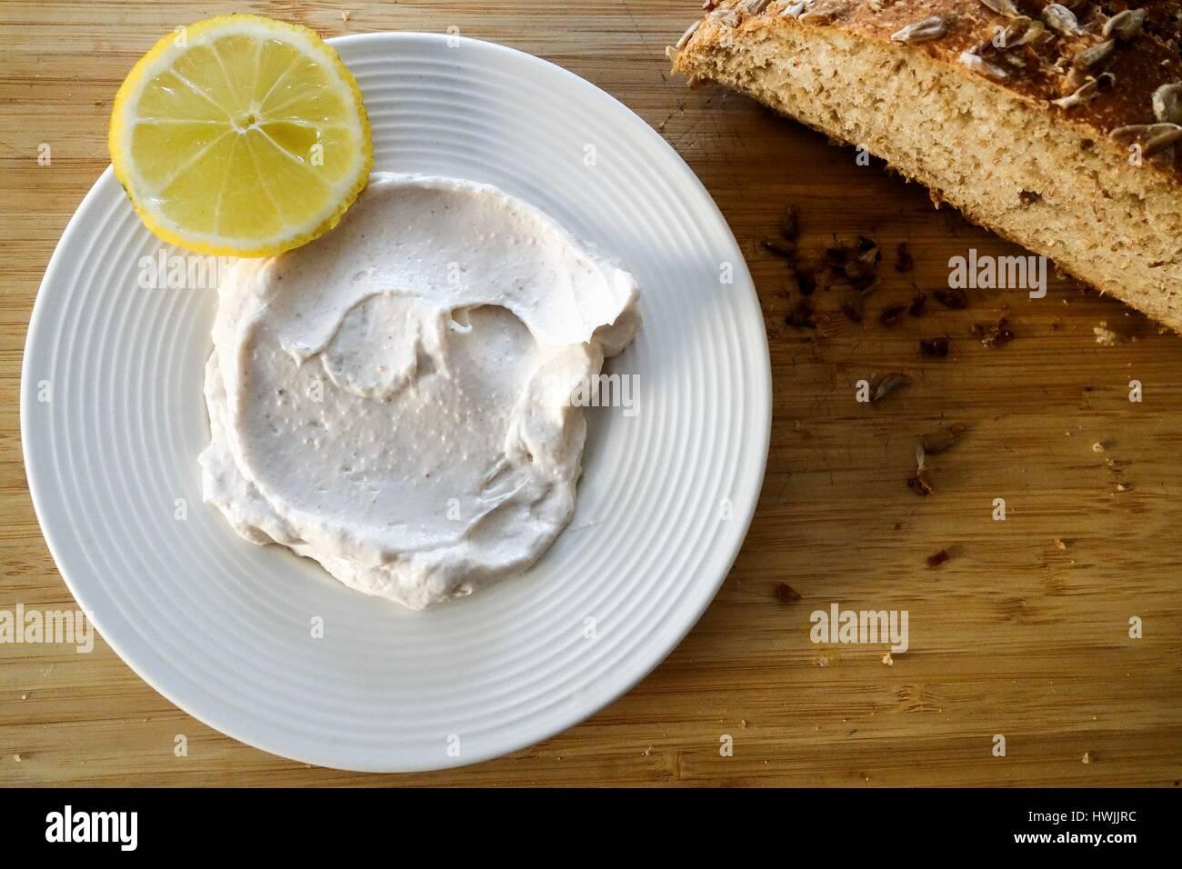 Griechische Küche. Taramasalata Dip und Vollkornbrot Stockbild