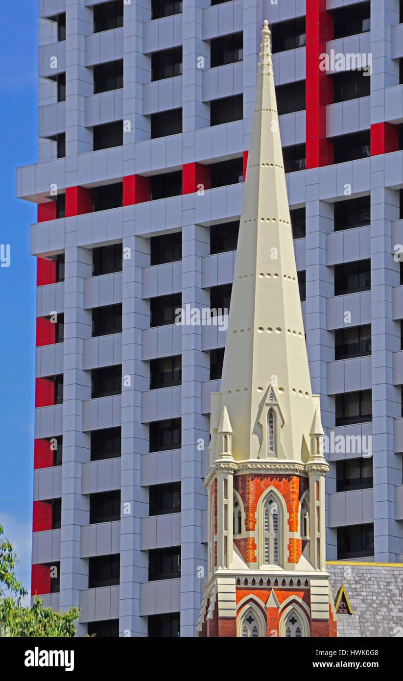 Architektur der Albert Street Gemeinde Kirche kontrastiert mit modernen Suncorp-Gebäude in Brisbane. Stockfoto