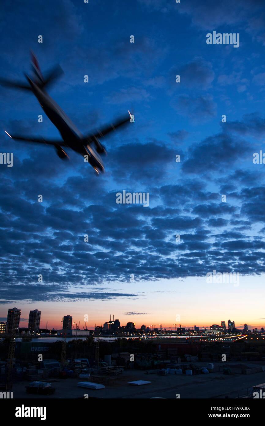 Flugzeug landet auf dem Flughafen London City Airport, UK Stockbild