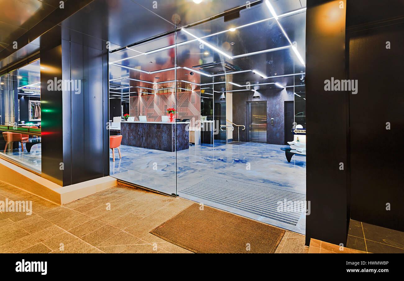 Einstieg in moderne Stadthaus in Top Ryde Vorort von Sydney. Rezeption und Foyer warten auf Kunden mit heller Beleuchtung Stockbild