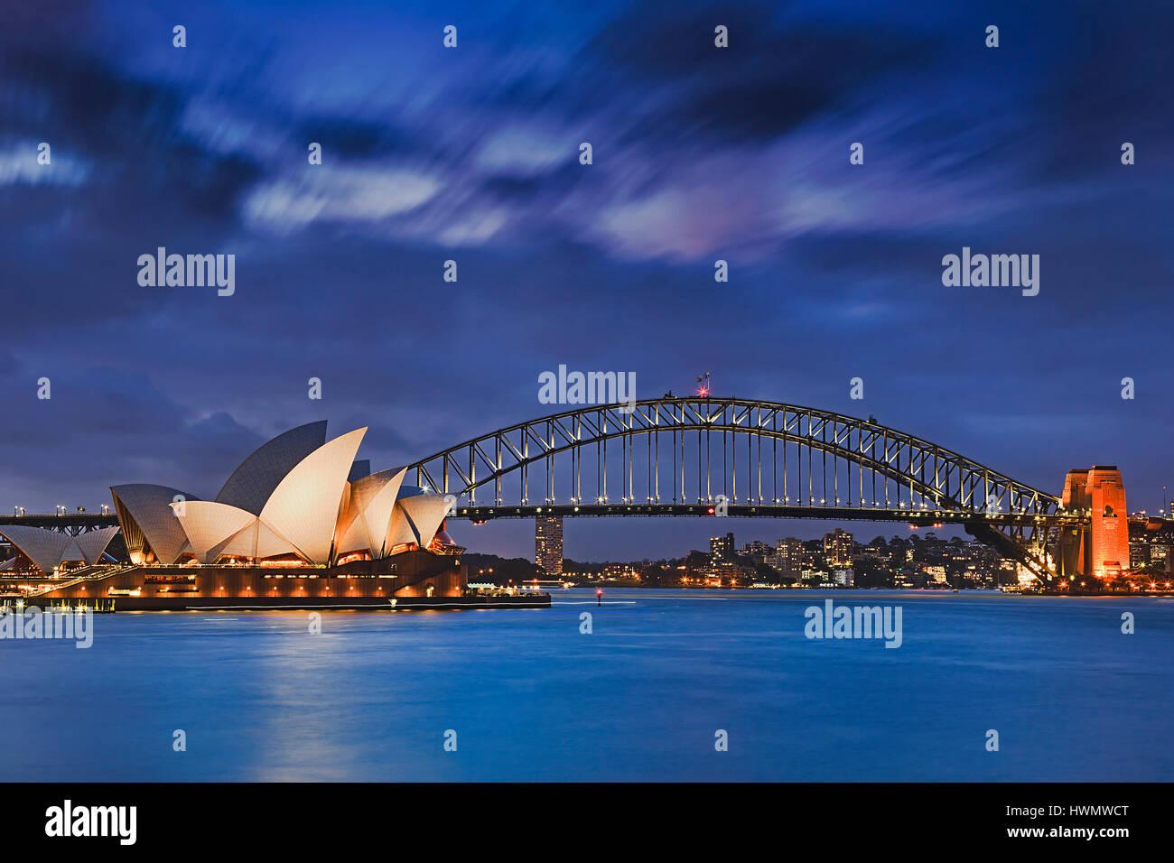 Sydney, Australien, 18. März 2017: weltweit berühmten Sydney Opera House und Harbour Bridge bei Sonnenuntergang. Stockbild