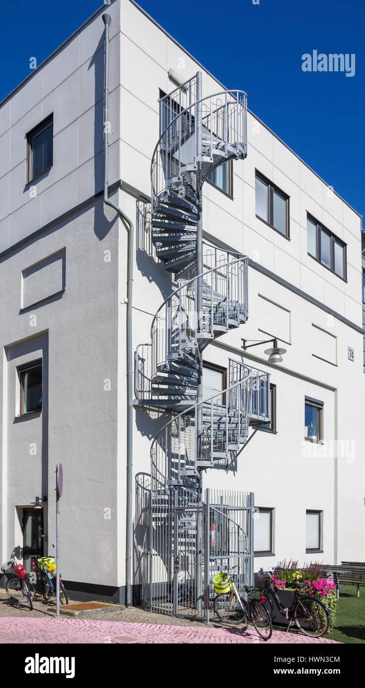 Texturen der Stadt - modernes Wohnhaus mit außen Wendeltreppe. Stockbild