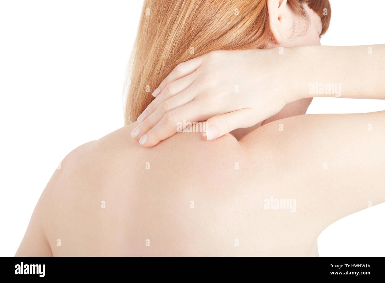Junge Frau hält die Hand auf schmerzenden Nacken isoliert auf weiss, Schneidepfad Stockbild