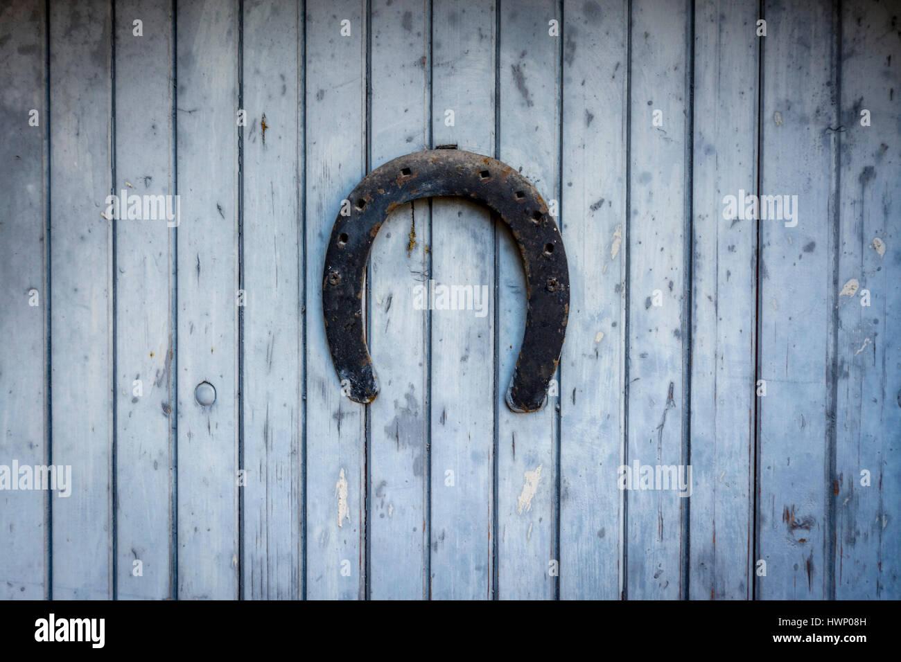 Glücklichen Hufeisen auf eine Holztür. Auvergne. Frankreich Stockbild