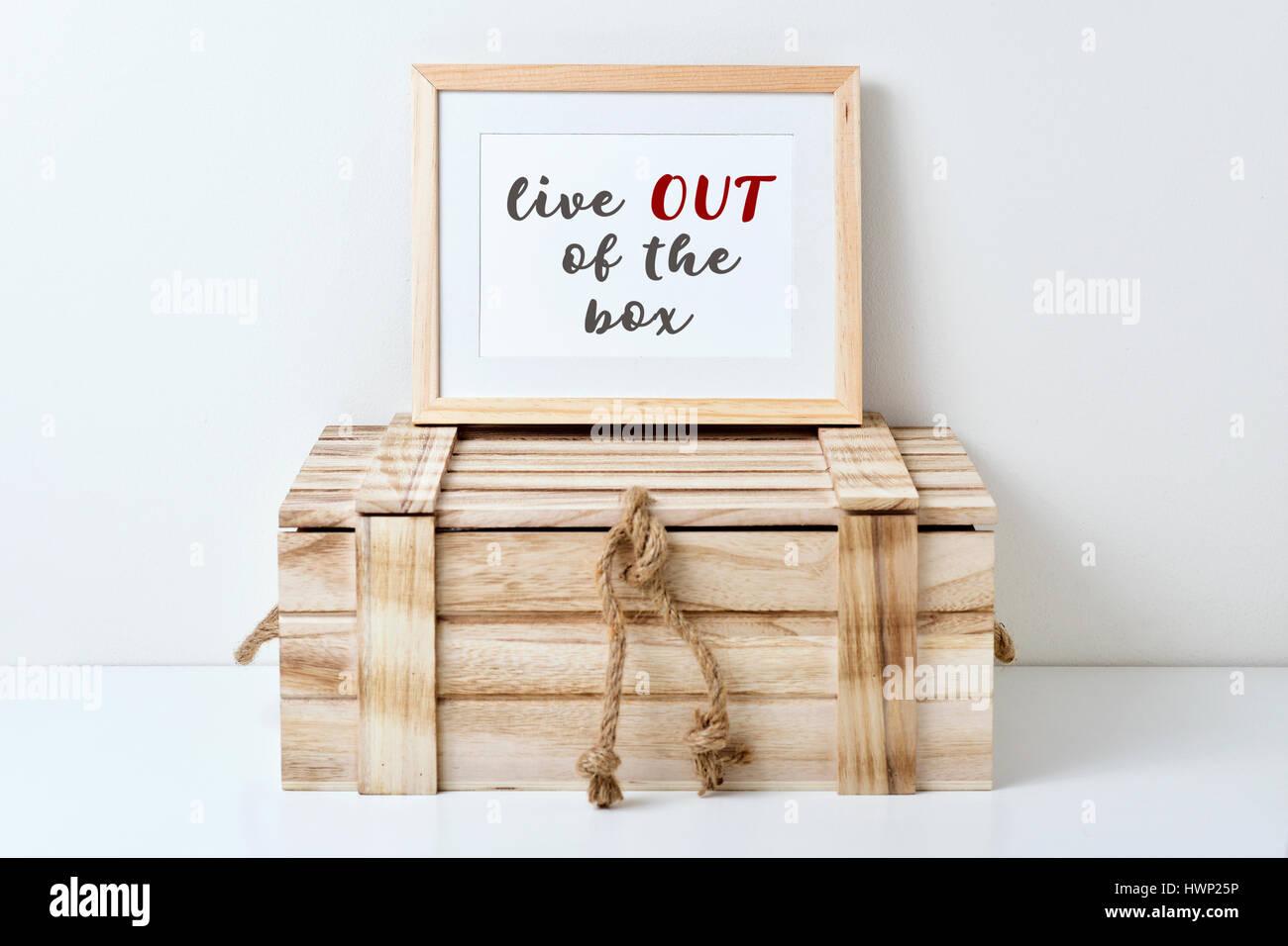ein Holz-gerahmte Bild mit dem Text Leben out of the Box geschrieben ...