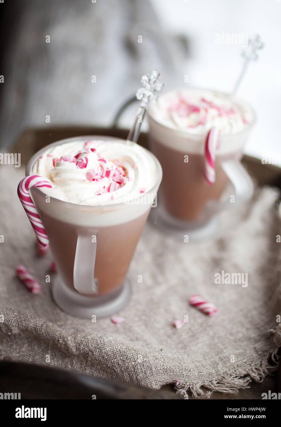 Heiße Schokolade mit Sahne und zerquetschten Zuckerstangen Stockbild