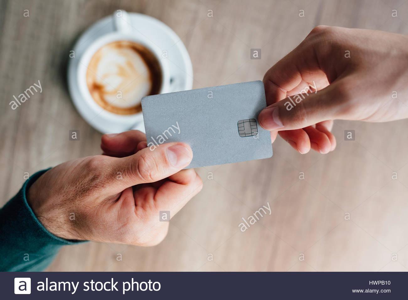 Nahaufnahme des Menschen im Café Kellner Kreditkarte erteilen Stockfoto