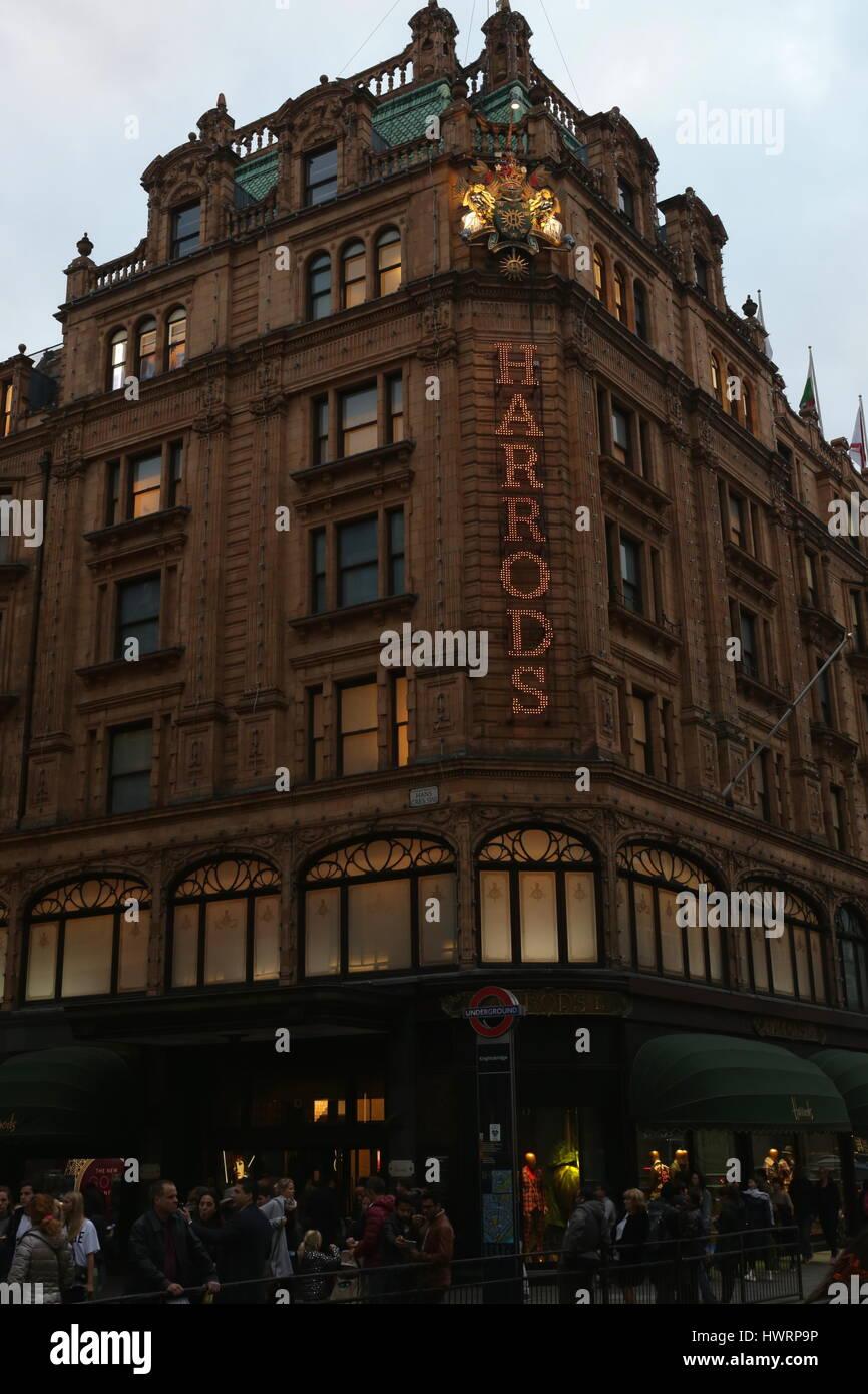 Kaufhaus Harrods in London in der Nacht, England Stockbild