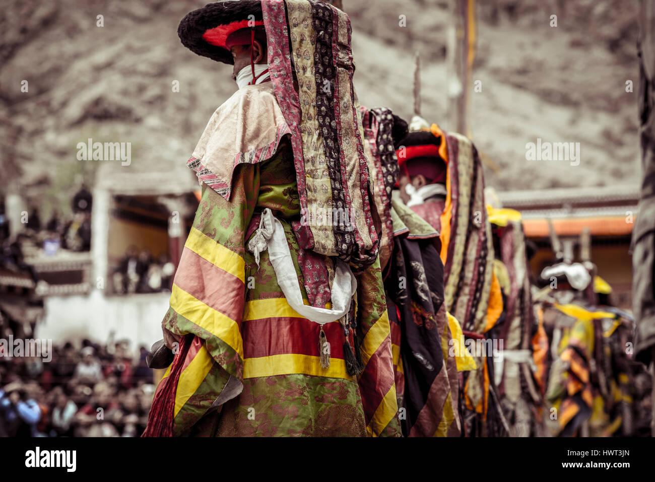 Traditionelle Tänzer am Feld stehen Stockbild