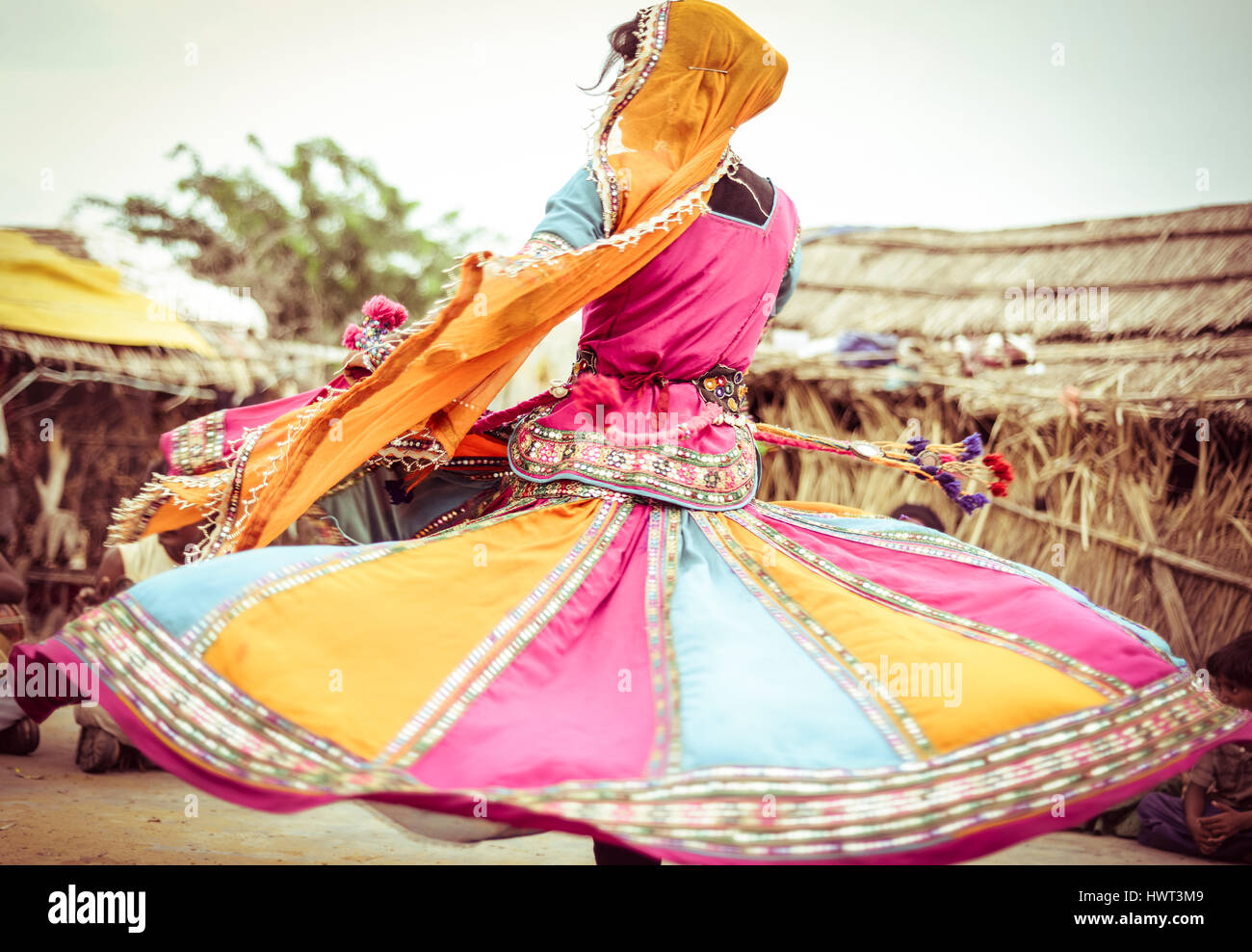 Frau in traditioneller Kleidung tanzen auf Feld Stockbild