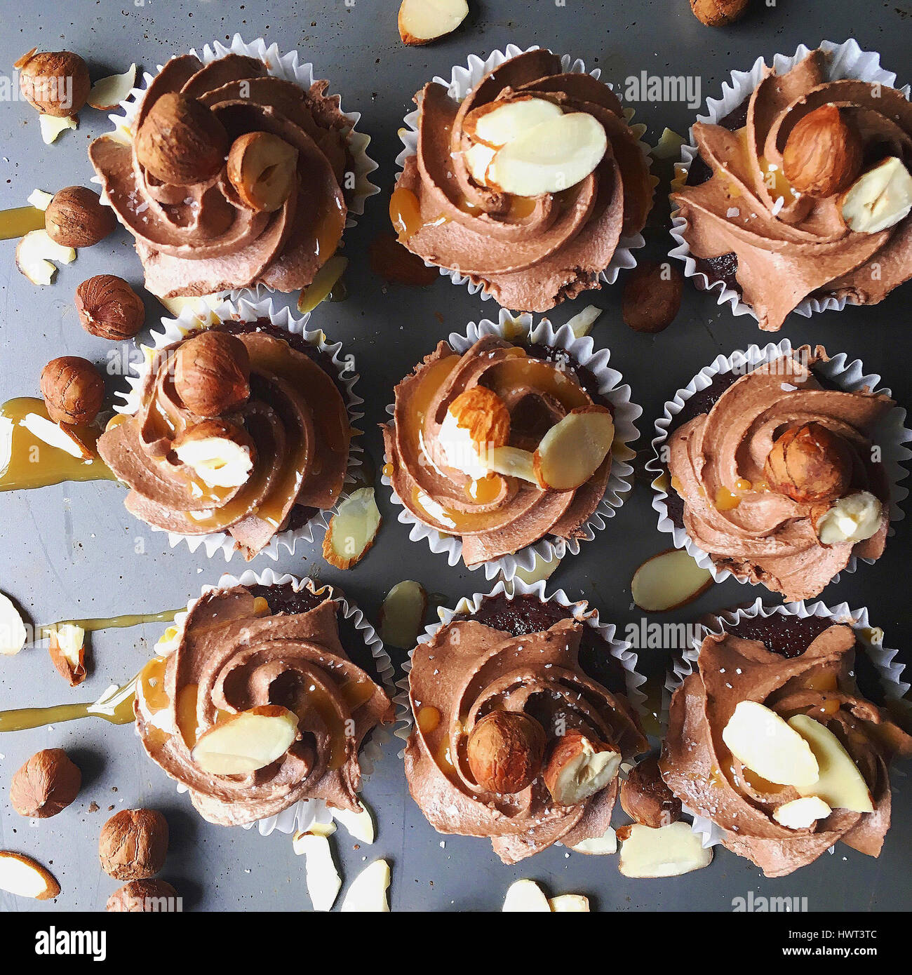 Erhöhte Ansicht von Cupcakes auf Tabelle angeordnet Stockbild