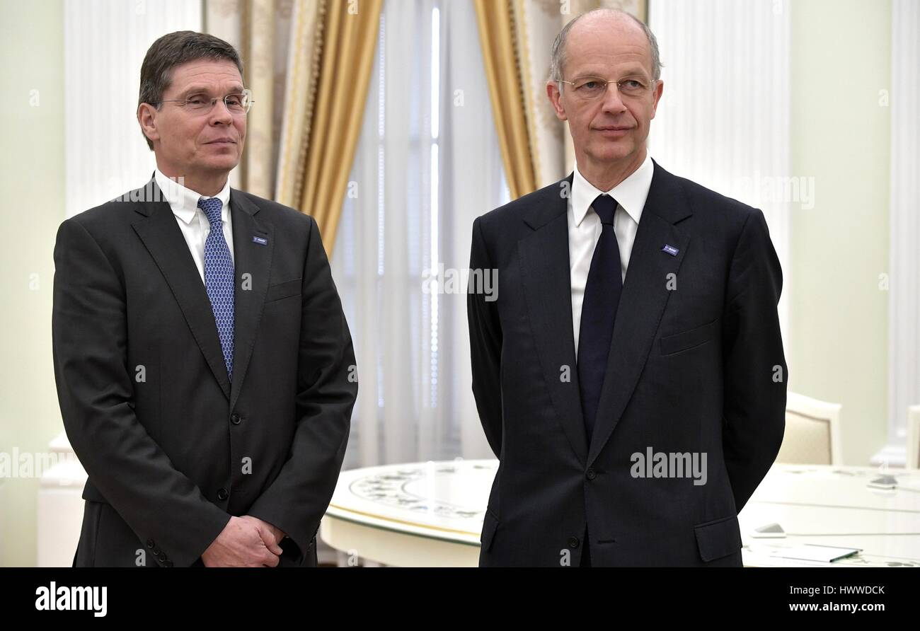 Moskau, Russland. 23. März 2017. BASF-Gruppe-Chef Kurt Bock, Recht, steht mit BASF Chief Financial Officer Stockbild