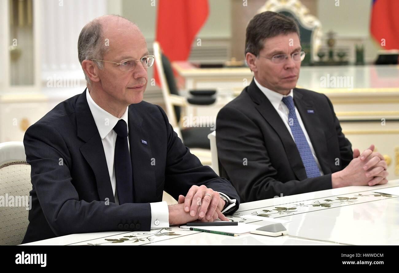 Moskau, Russland. 23. März 2017. BASF-Gruppe-Chef Kurt Bock, links, und BASF Chief Financial Officer Hans-Ulrich Stockbild