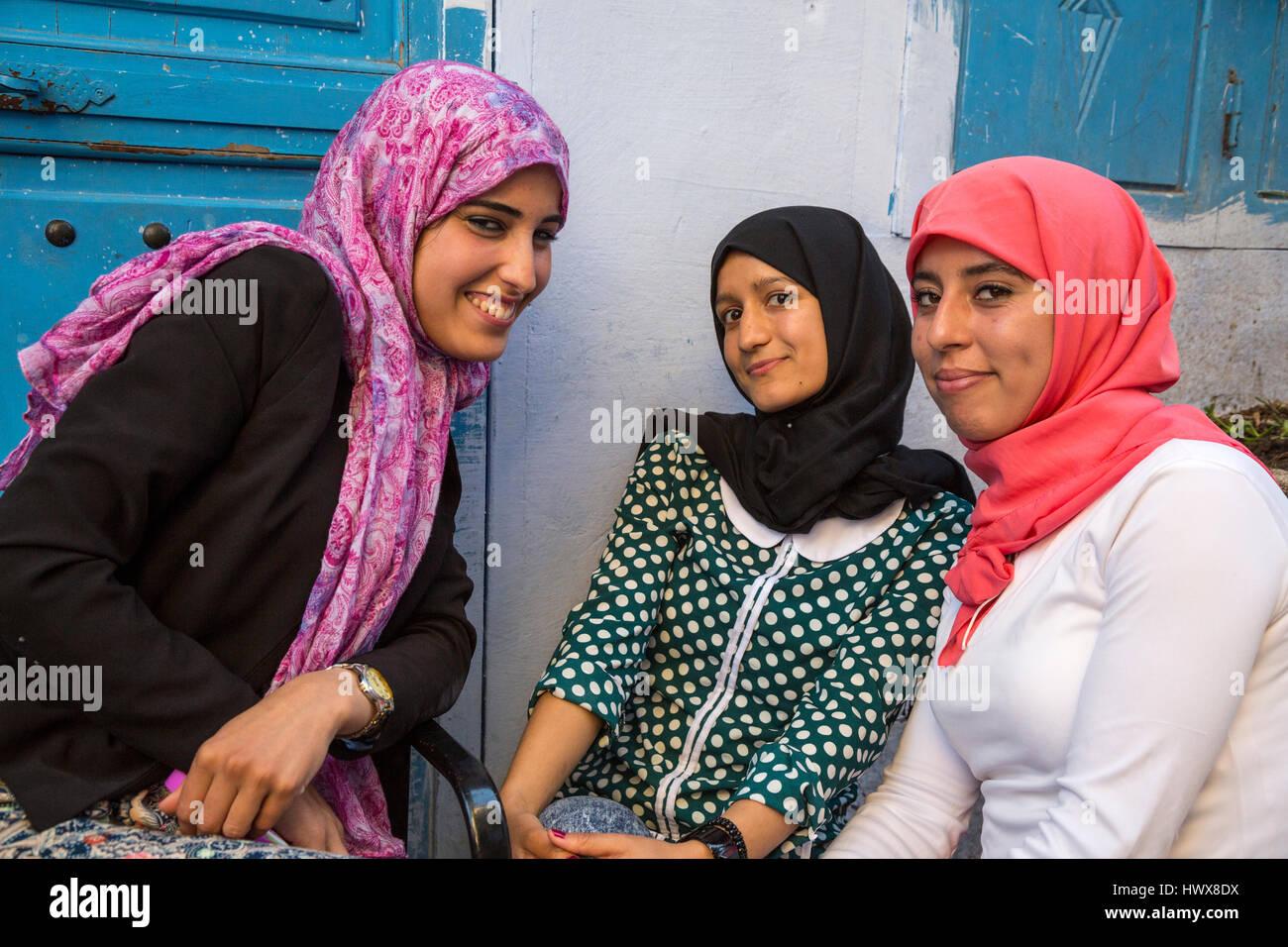 chefchaouen marokko junge arabische frauen posieren f r ihr bild stockfoto bild 136416390. Black Bedroom Furniture Sets. Home Design Ideas