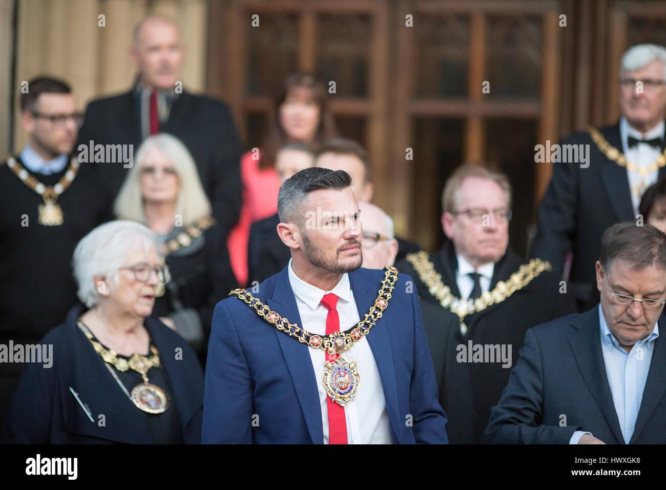 Eine Mahnwache ist in Albert Square, Manchester City Centre statt. Der Oberbürgermeister von Manchester Stadtrat Stockbild