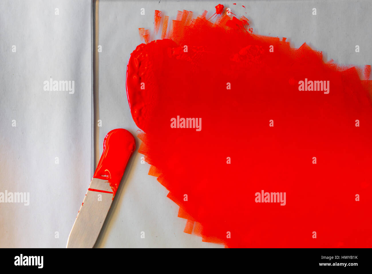 Öl anhand einer Tabelle in eine Druckwerkstatt Tinte in Dosen Stockfoto