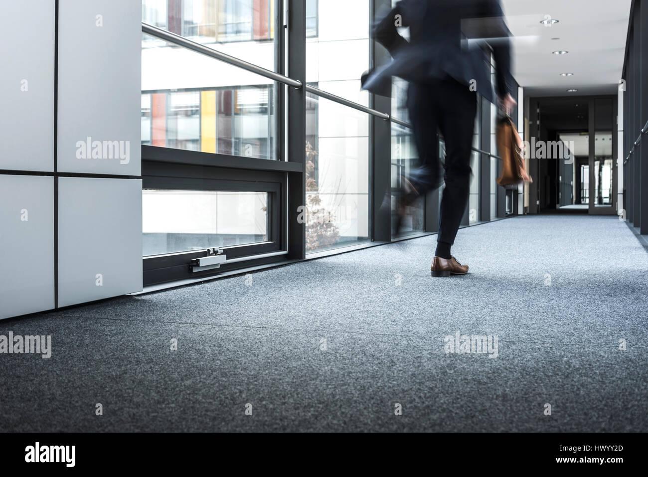 Geschäftsmann im Flur eines Bürogebäudes Stockbild