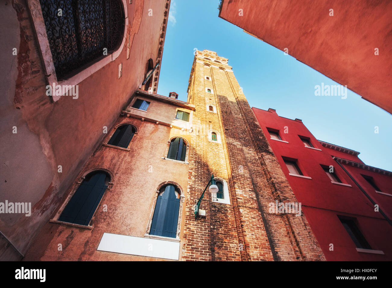 Blick auf typisch venezianischen Kanal und farbenfrohen Gebäuden in Venedig, Italien. Stockbild