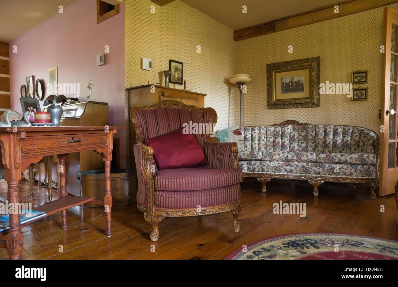 Antike Gepolsterte Sessel Mit Tisch Und Geblümten Sofa In Gelb Und Rosa  Wohnzimmer Von 1741 Altes Haus Interieur.
