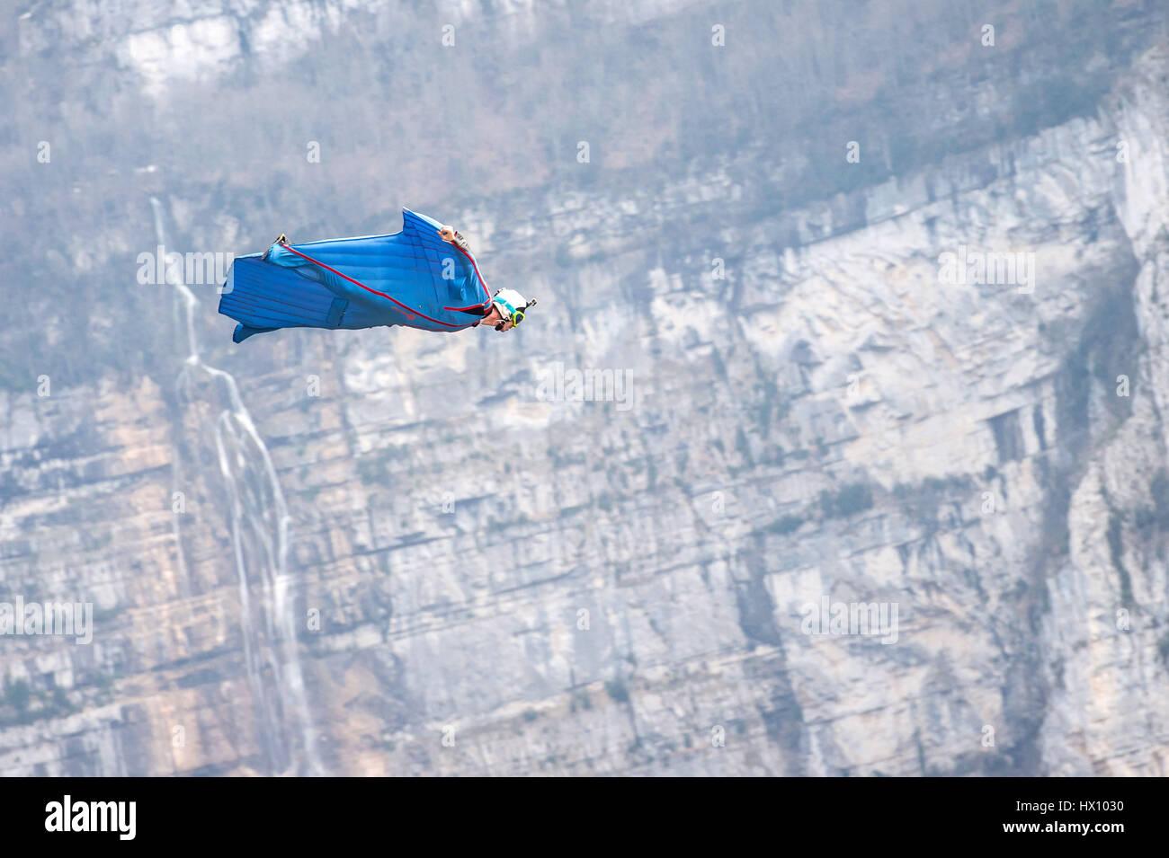 Basejumping in den Bergen: Wingsuit Stockfoto