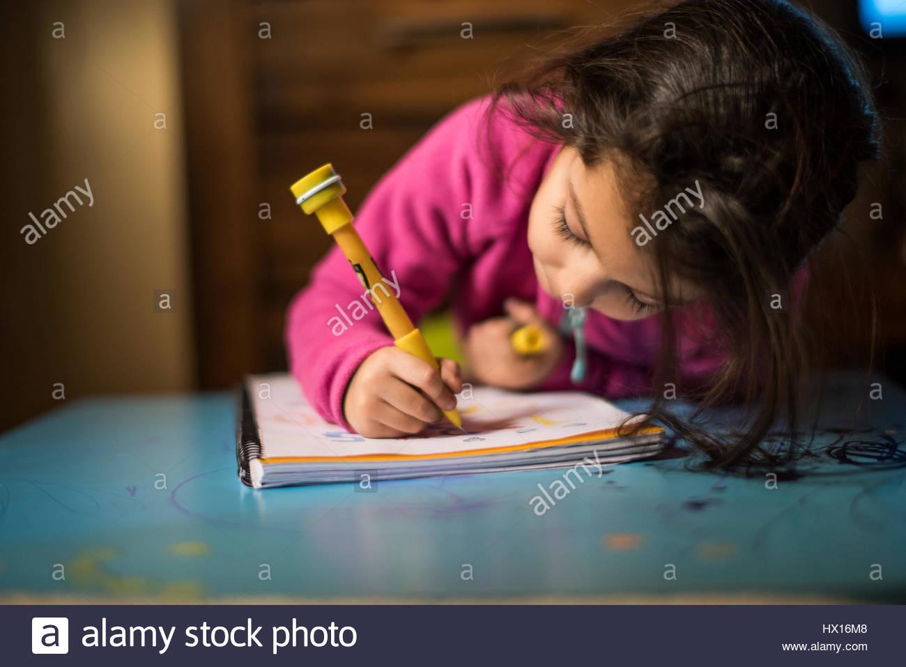 Kleines Mädchen zeichnen Stockbild