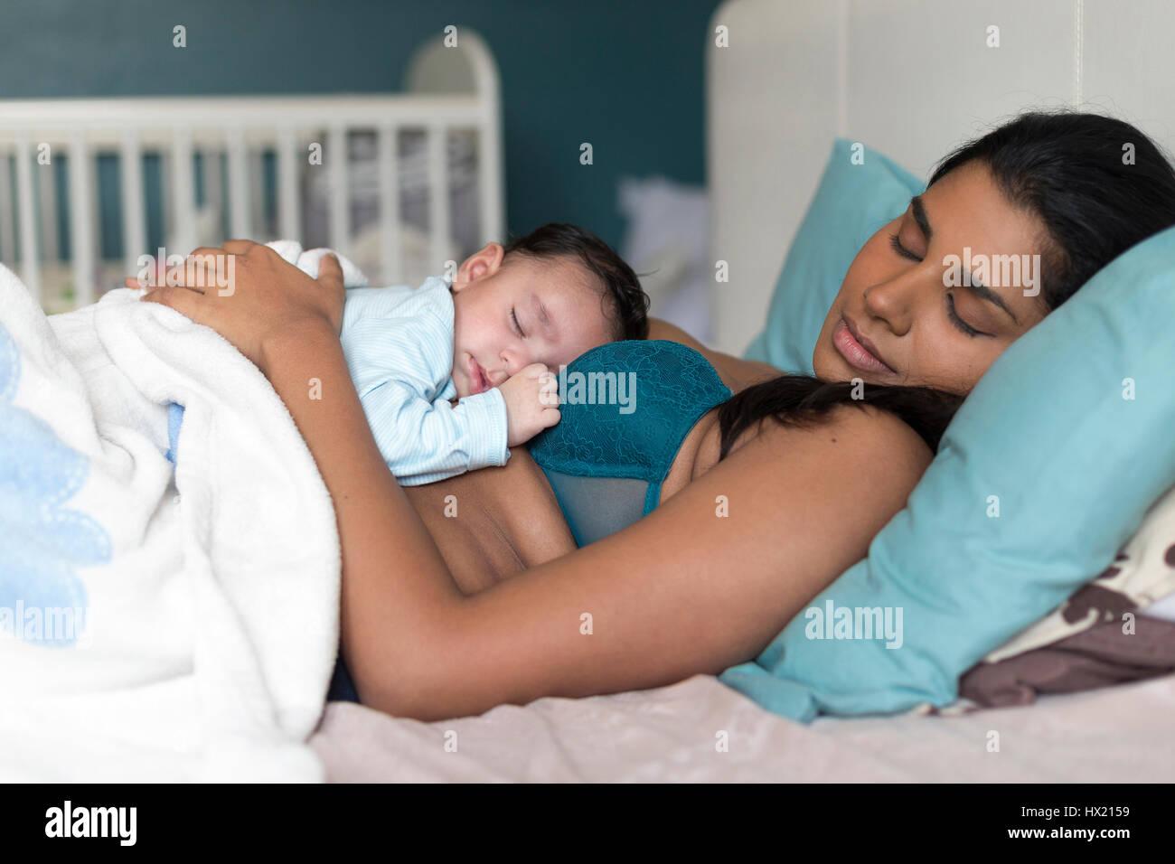 Junge Mutter Mit Ihrem Baby Sohn Schlafen Auf Der Brust Ein