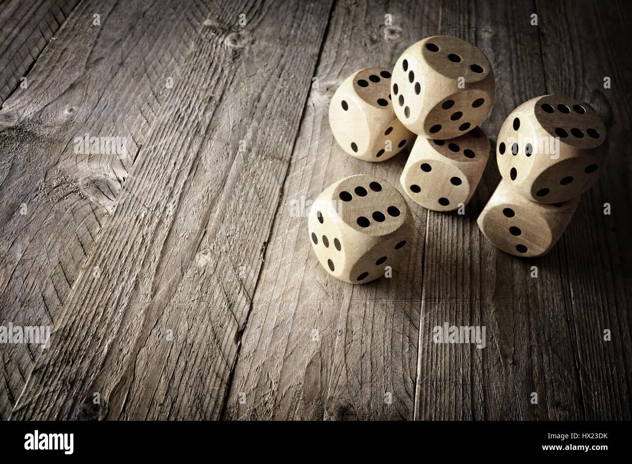 Rollende Würfel Konzept für unternehmerisches Risiko, Chance, viel Glück oder Glücksspiel Stockbild