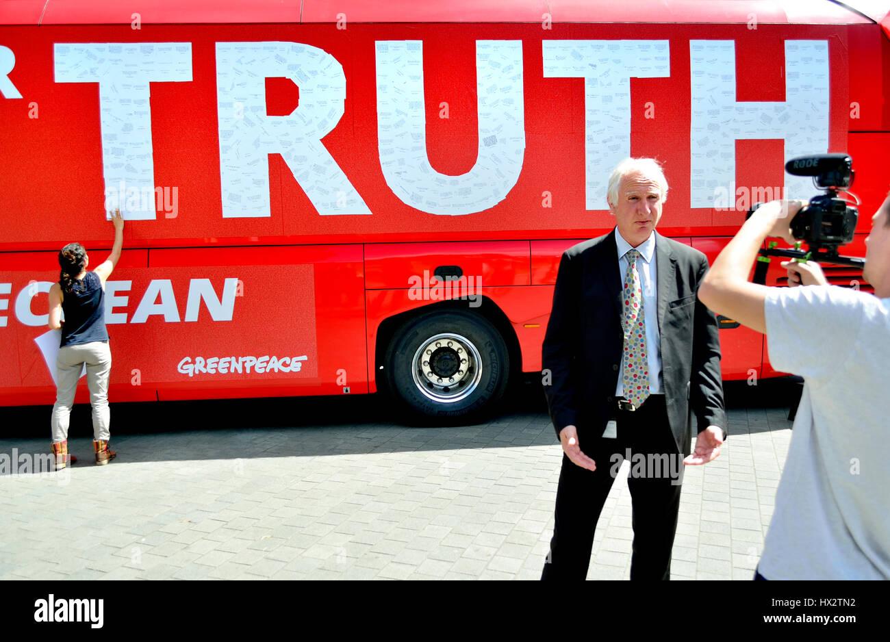 Daniel Zeichner MP (Labour: Cambridge) interviewt in Westminster vor einer Greenpeace-Kampagne-Bus. Stockbild