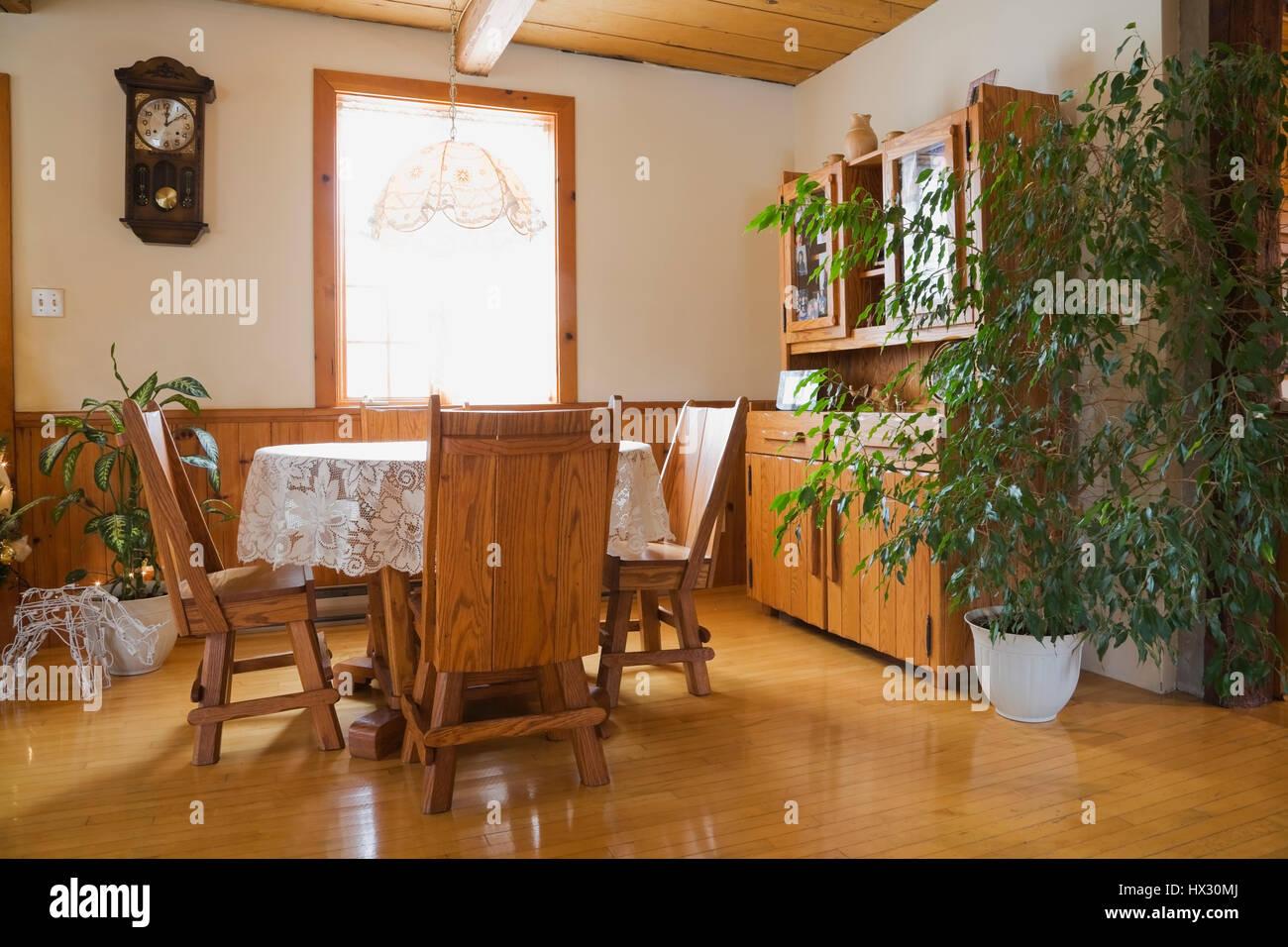 Esszimmer Mit Gehauenen Tisch Und Stühlen Sowie Ein Buffet In Einem 1982  Rekonstruierte Home Interior Anmelden