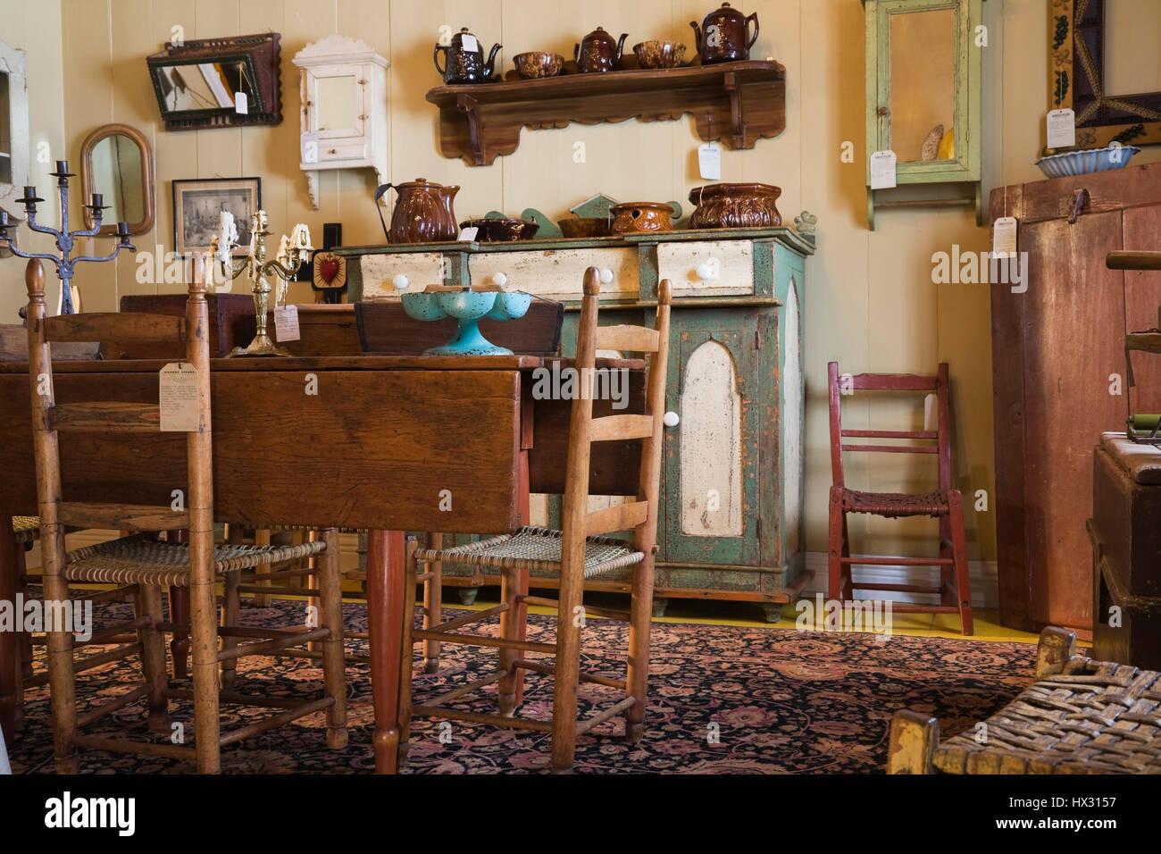Schon Antiken Aus Holz Braun Esszimmer Tisch Und Grün Und Weiß Buffet Im  Antiquitätengeschäft In 1810 Alten Haus Innen Gelegen