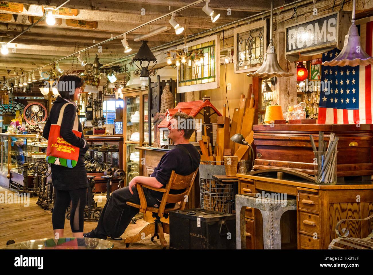 Paar Einkaufen bei Aurora Mühlen architektonische Bergung in Aurora, Oregon. Stockbild