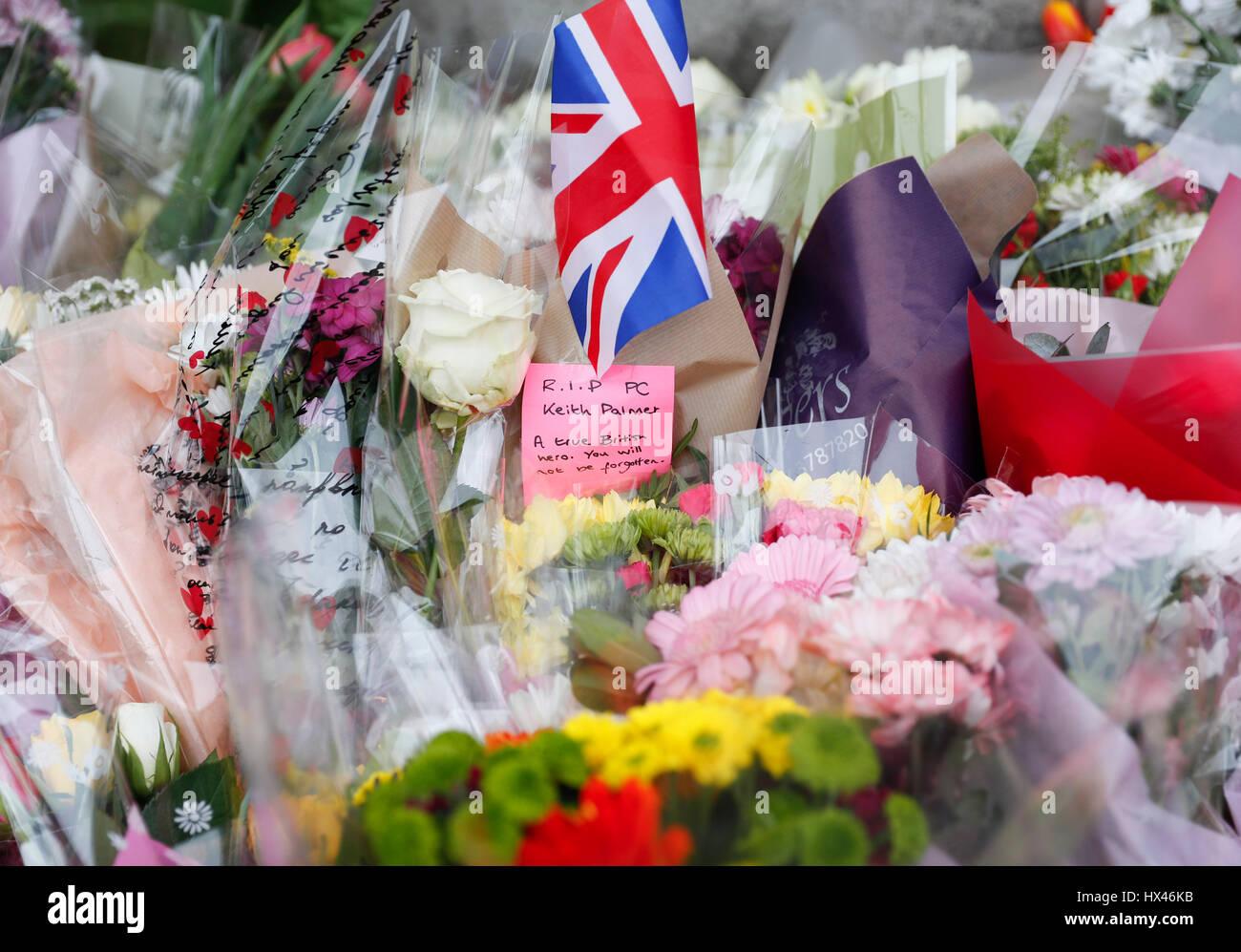 London, UK. 24. März 2017. Westminster-Terror-Anschlag im Zentrum von London.  Florale Hommagen an die Opfer gelten außerhalb der Houses of Parliament, zwei Tage nach dem März 22 Westminster Terror-Anschlag in central London, Großbritannien am 24. März 2017. Bildnachweis: Han Yan/Xinhua/Alamy Live-Nachrichten Stockfoto