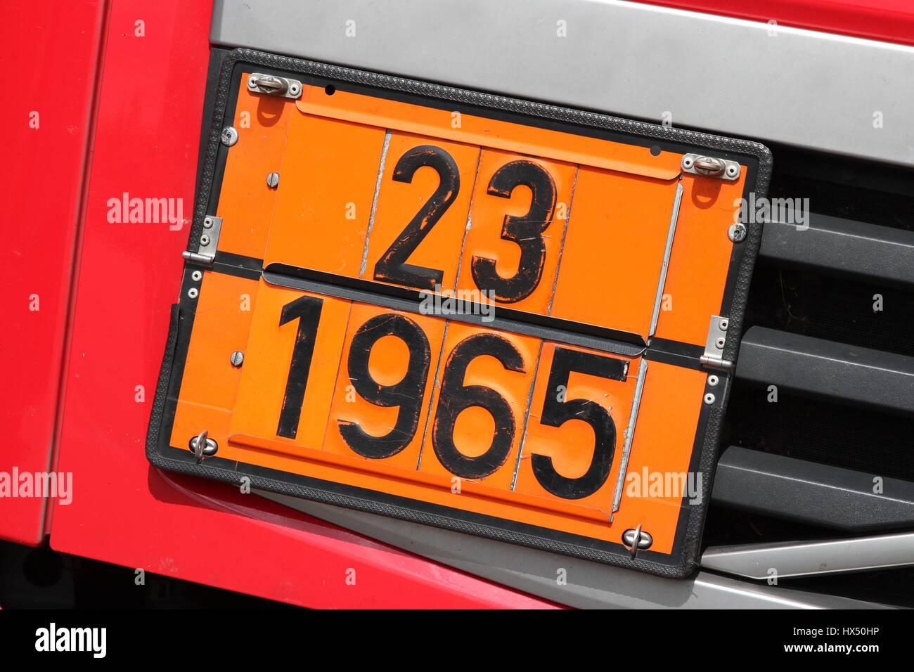 Orange Farbige Teller Mit Gefahr Id Nummer 23 Und Un Nummer 1965