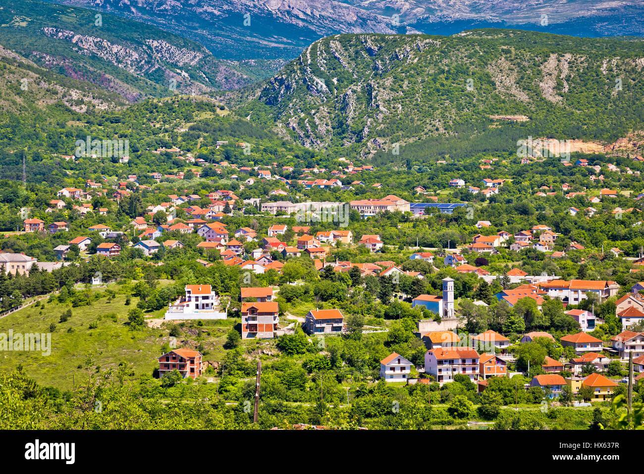 Stadt Knin und Dinara Gebirge, Dalmatinischen Zagora, Kroatien Stockbild