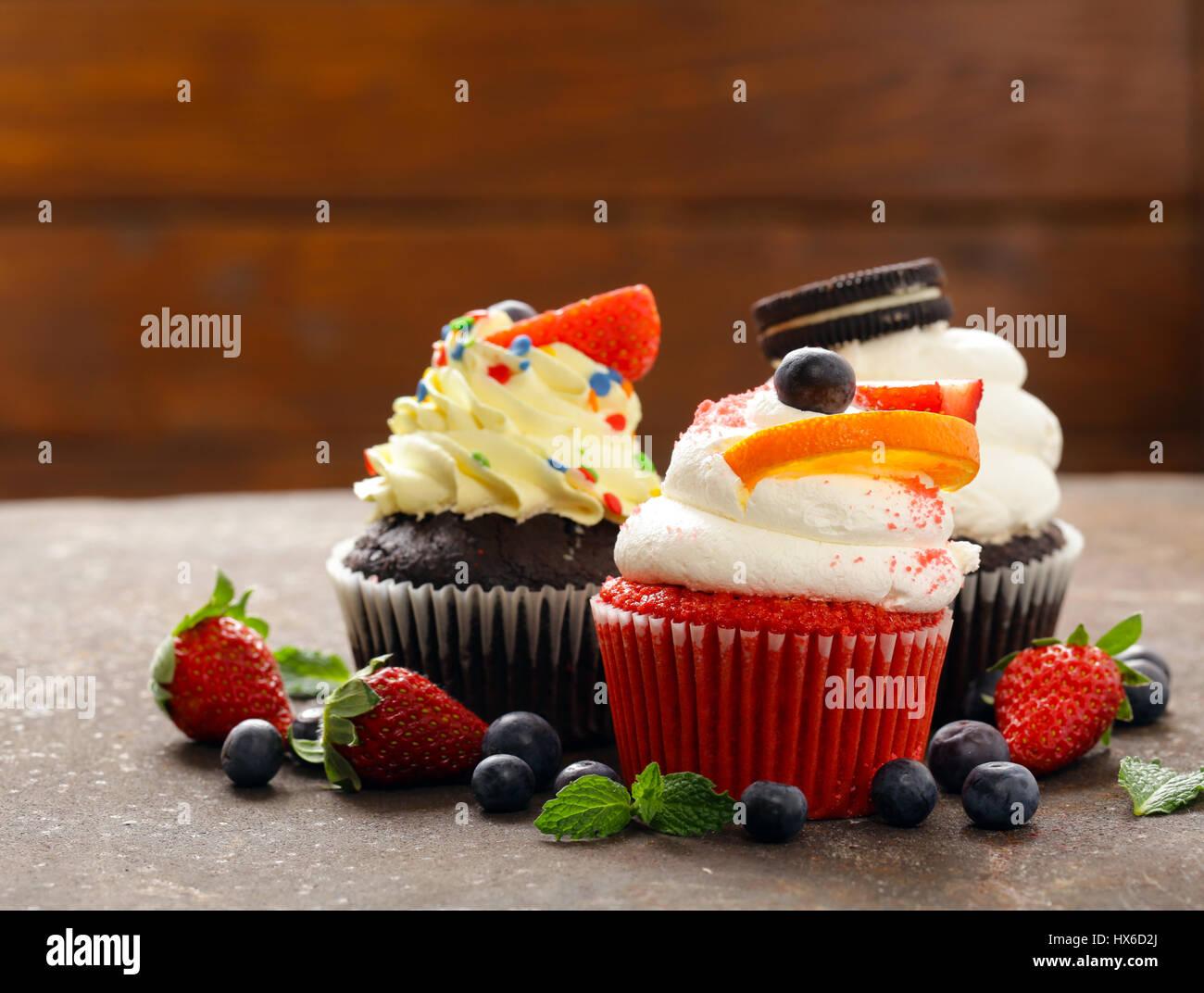 festliche Muffins mit Beeren und Buttercreme Stockbild