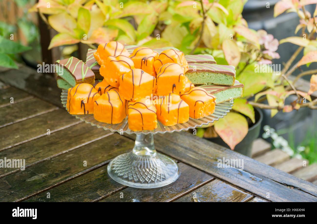 Kuchen auf einem Display-Ständer Stockbild