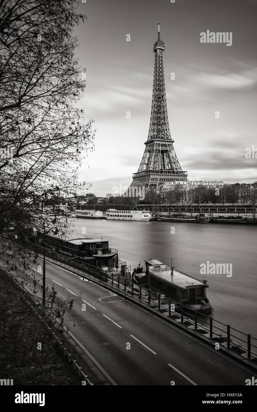 Der Eiffelturm und die Ufer des Flusses Seine & schwarz-weiß. Paris, Frankreich Stockbild