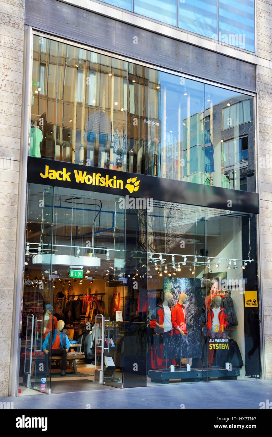 c5ac8ecc081c90 Jack Wolfskin modische outdoor-Bekleidung zu speichern im Stadtzentrum von  Liverpool. Dave Ellison   Alamy Stock Foto