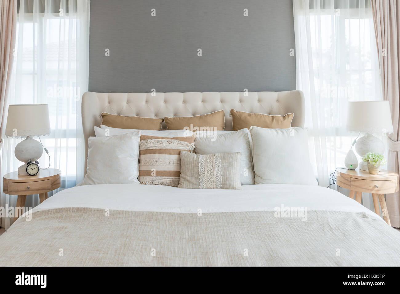 Schlafzimmer in warmen hellen Farben. großes bequemes Doppelbett im ...