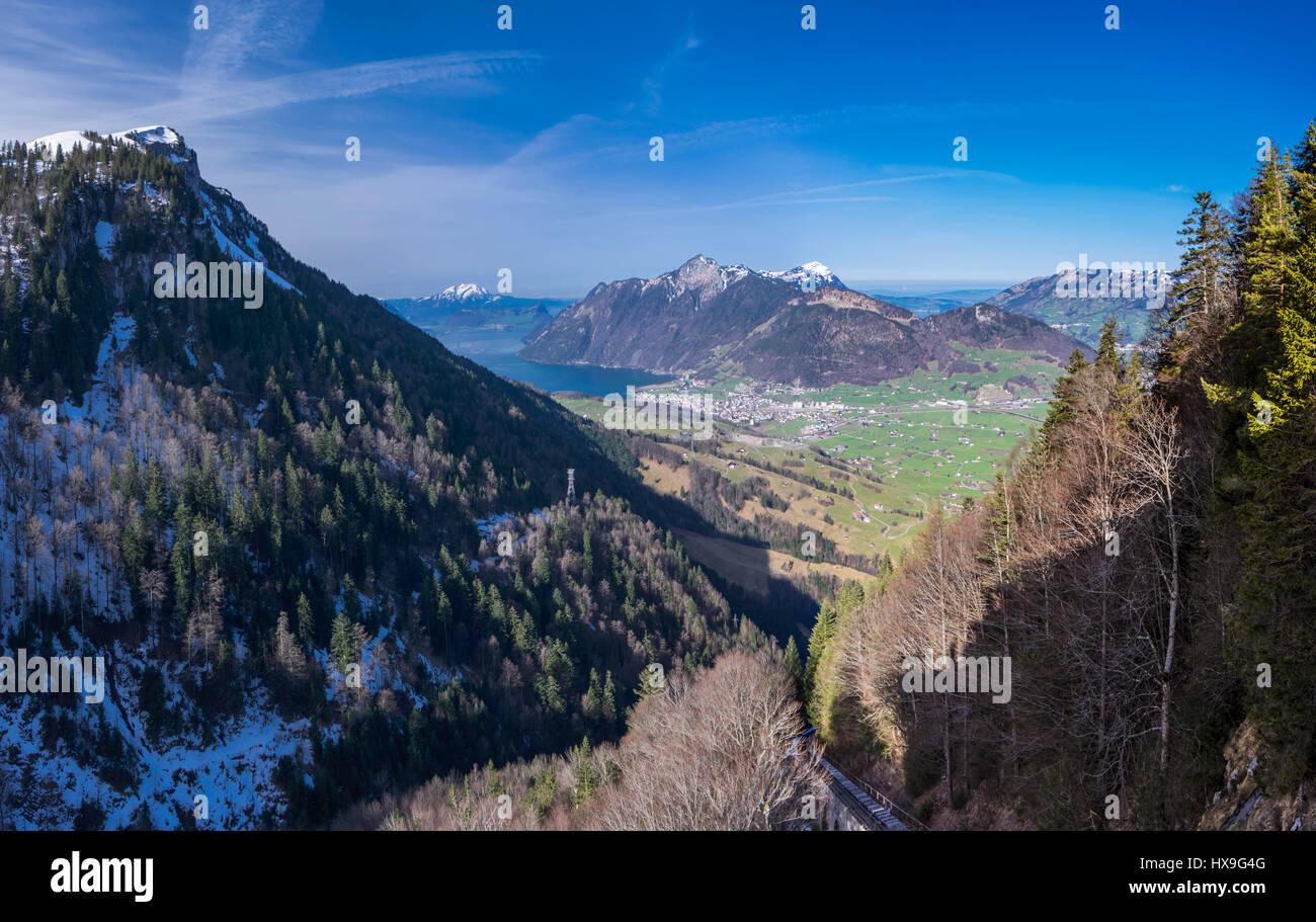 Panoramasicht auf die Rigi-Gebirge und die Stadt der Brunnen unter ihm. Kanton Schwyz, Zentralschweiz. Stockbild