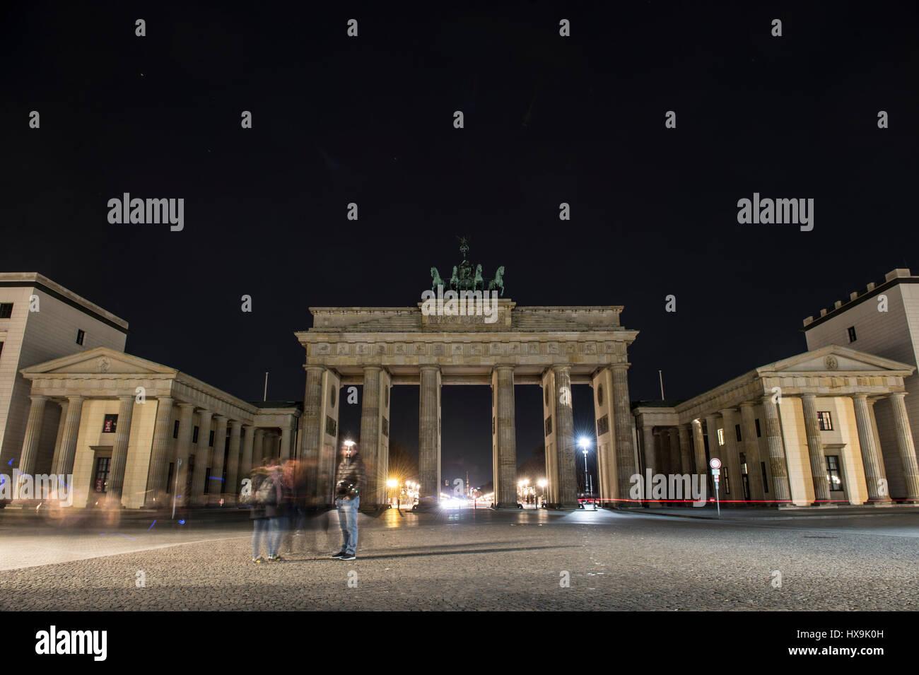 "Berlin, Deutschland. 25. März 2017. Das Brandenburger Tor kurz vor ""Earth Hour"" in Berlin, Deutschland, 25. März 2017 leuchtet. Foto: Paul Zinken/Dpa/Alamy Live News Stockfoto"