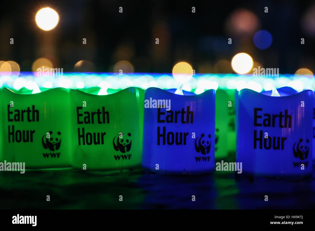 """Berlin. 25. März 2017. Foto aufgenommen am 25. März 2017 zeigt Leuchten mit Wörter, die """"Earth Hour"""" auf den Boden Stockfoto"""