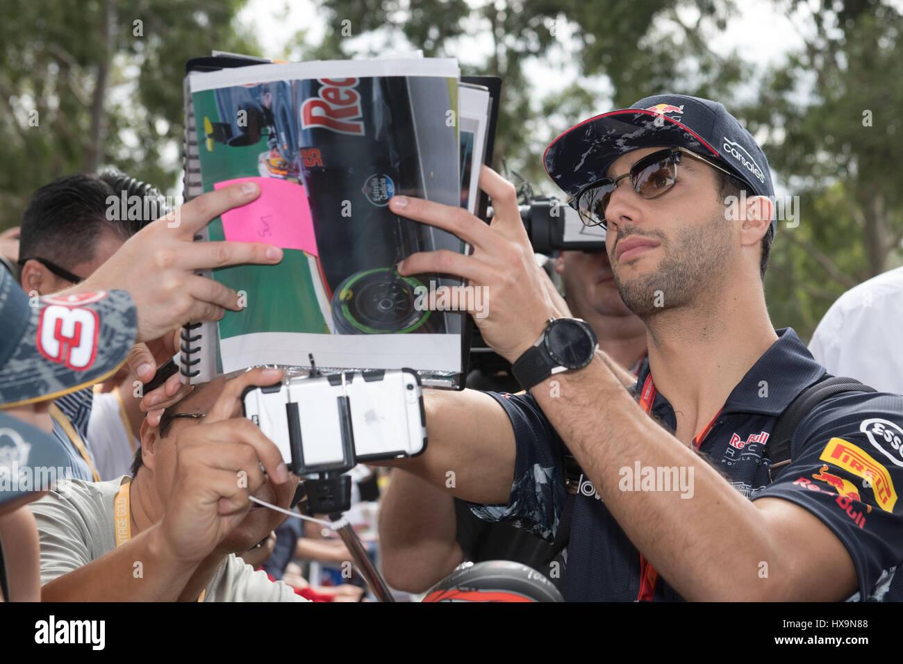 Melbourne, Australien. 26. März 2017. Red Bull Racing Formel1 Fahrer Daniel Ricciardo Australien Zeichen Autogramme Stockfoto