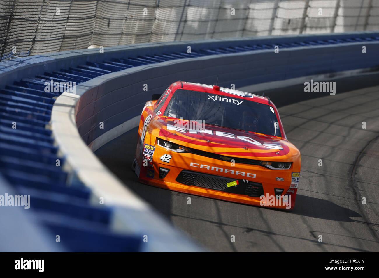 Fontana, Kalifornien, USA. 25. März 2017. 25. März 2017 - Fontana, Kalifornien, USA: Kyle Larson (42) Schlachten für Position während der NASCAR Xfinity Serie NXS 300 auf Auto Club Speedway in Fontana, Kalifornien. Bildnachweis: Justin R. Noe Asp Inc/ASP/ZUMA Draht/Alamy Live-Nachrichten Stockfoto