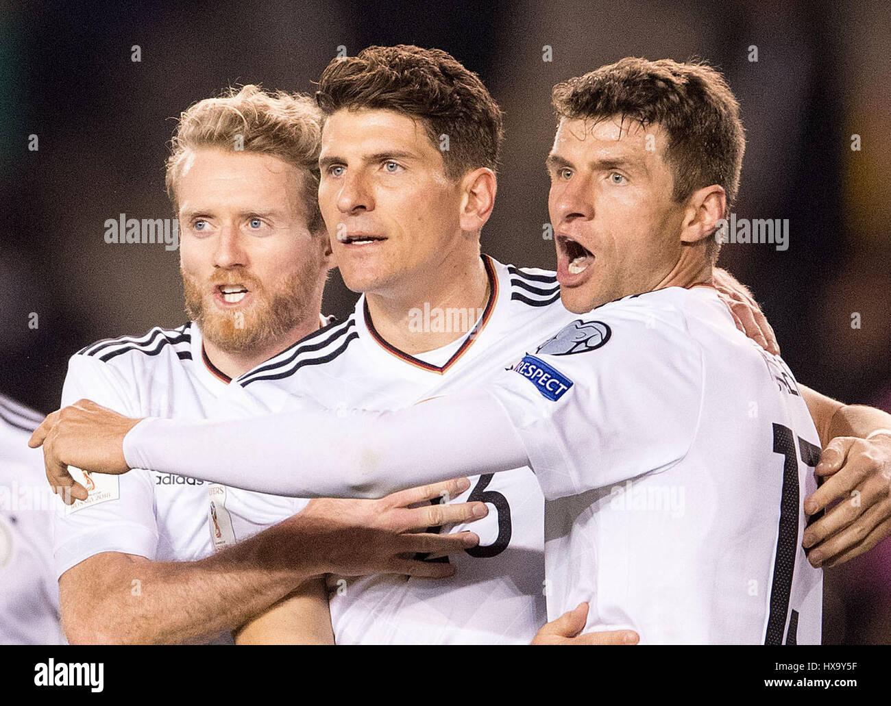 Baku, Aserbaidschan. 26. März 2017. Deutschlands Mario Gomez (C) feiert sein 3: 1 Tor mit Teamkollegen Andre Schuerrle Stockfoto