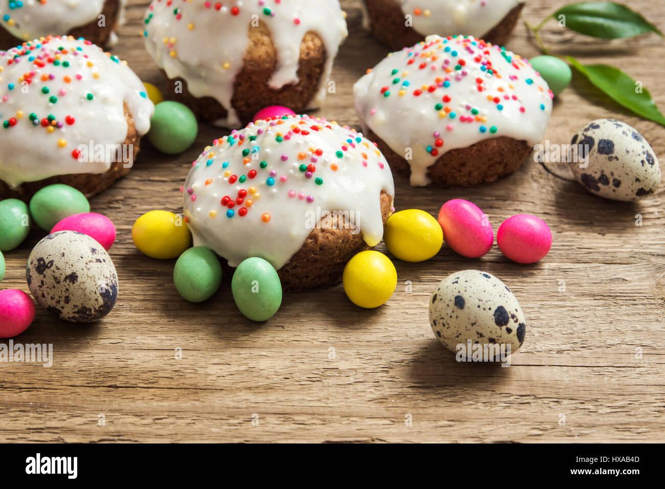 Ostern Gebäck. Frische hausgemachte Mini Möhrenkuchen mit weißen Zucker cremig Vereisung und bunten Stockbild