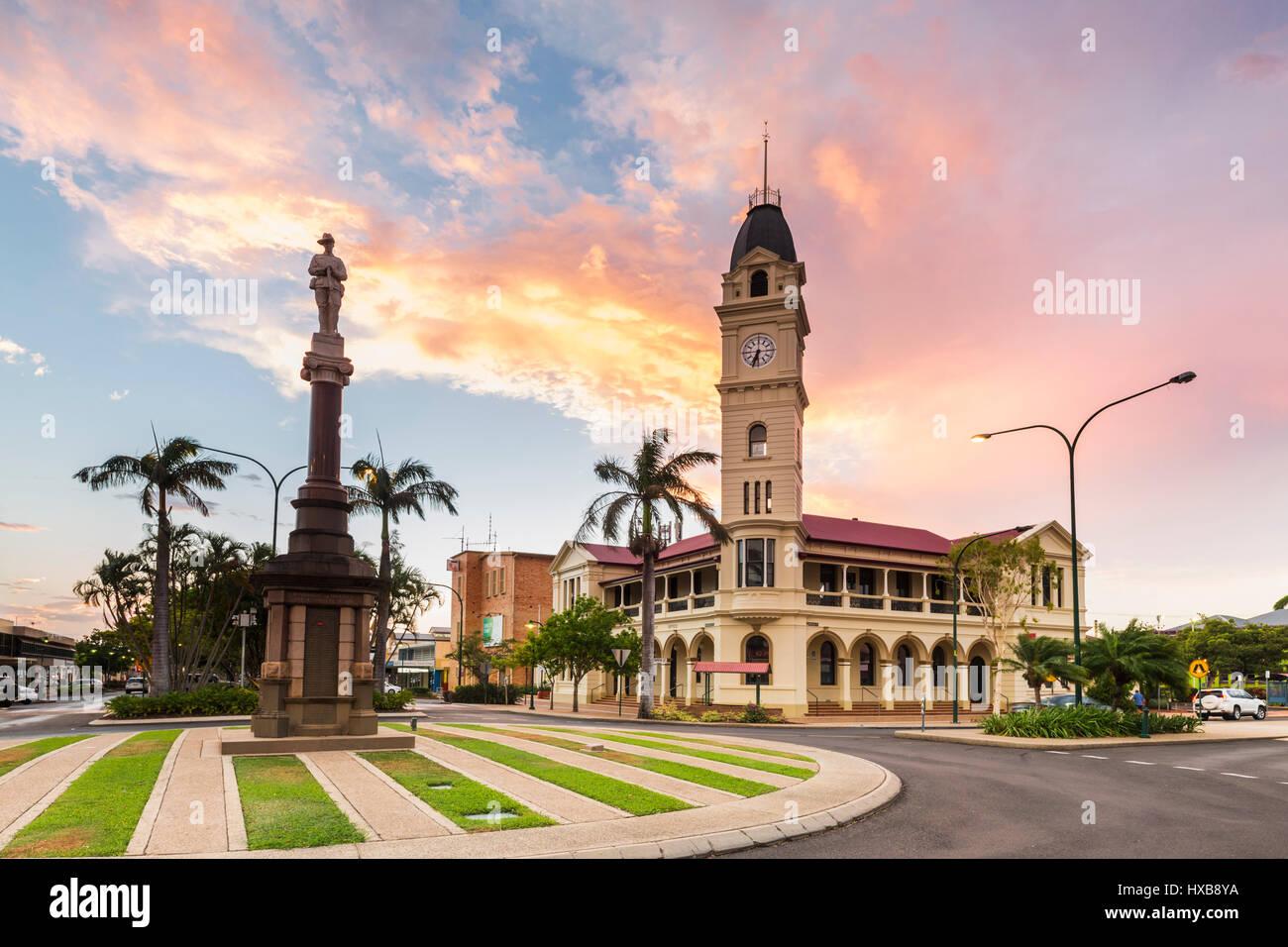 Blick auf den Sonnenuntergang von Bundaberg Postamt und Clock Tower.  Bundaberg, Queensland, Australien Stockbild